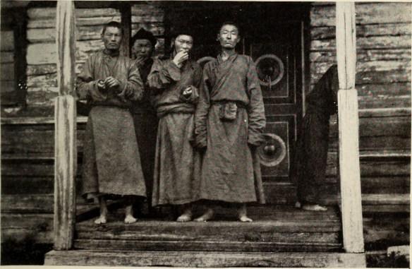 A tutaj trochę starsi mnisi też trzymają spokój w klasztornej dzielni. Źródło: https://flic.kr/p/ovLdu5