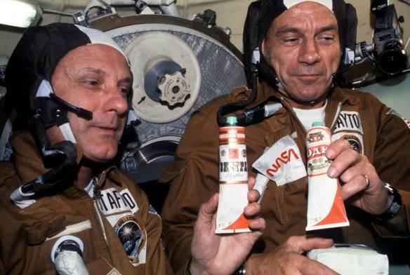 Amerykanccy naukowcy na pokładzie Sojuza. Częstowani barszczem czerwonym :) Źródło: https://flic.kr/p/vbQGz3