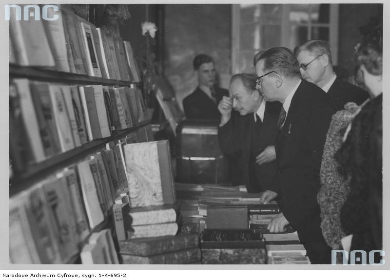 Wystawa książki polskiej z 1938 roku. Źródło: https://audiovis.nac.gov.pl/obraz/18167/2f040b2e45f3a9356d187a749f489239/