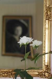 Blume vor Porträt der Charlotte von Kusserow