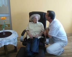 Pfleger kümmert sich um Bewohnerin