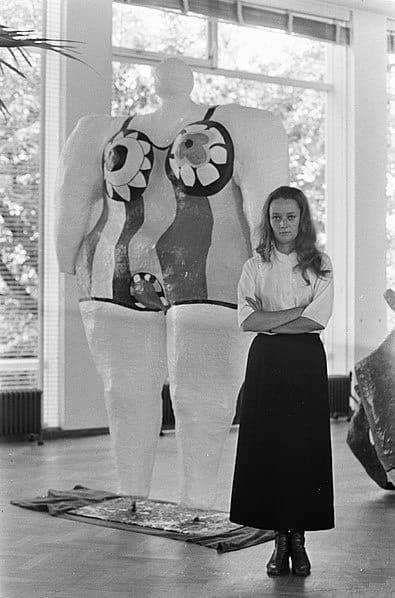 395px Nikki de St Phalle in Stedelijk Museum Nikki bij haar kunstwerken Bestanddeelnr 920 6241