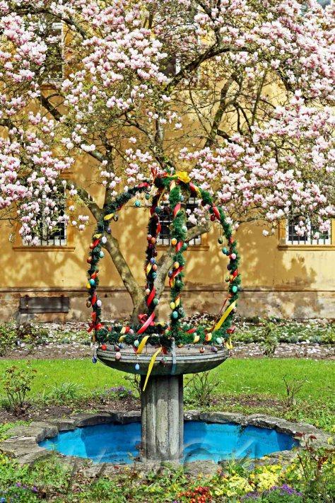Osterbrunnen2wz, Autor: Charlotte Moser
