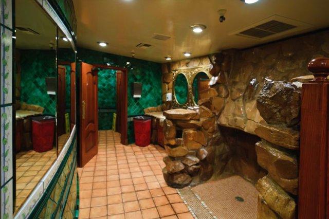 カリフォルニア州マドンナインホテルの有名な滝小便器