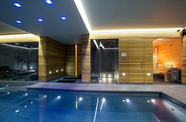 サウナとシャワーエリアが付いた非常に豪華な屋内プール