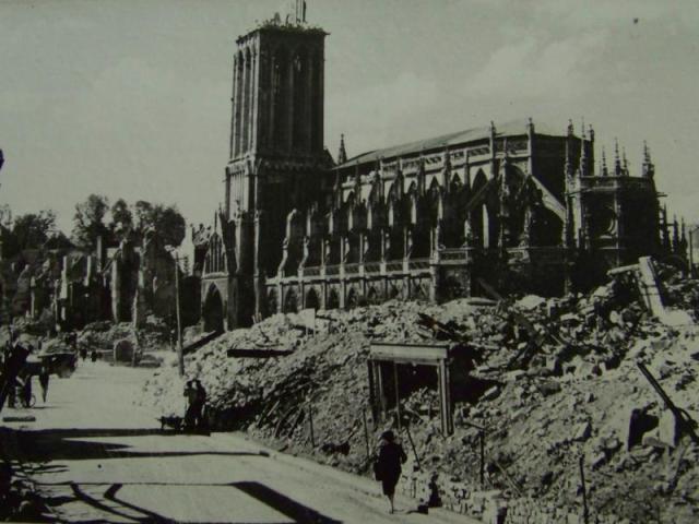 戦闘中のカーンのサンピエール大聖堂。