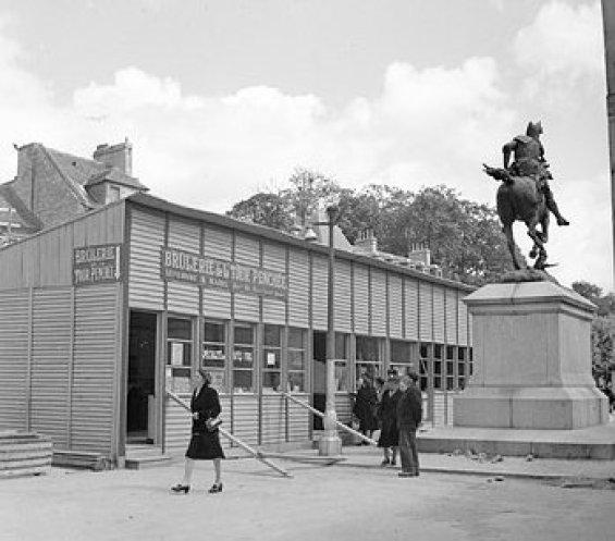 1945年に戦後のカーンで食料品店として使用された仮設建築物。