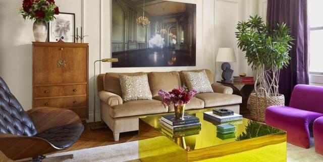 デザイナー家具のリビングルームにモダンなコーヒーテーブルの装飾