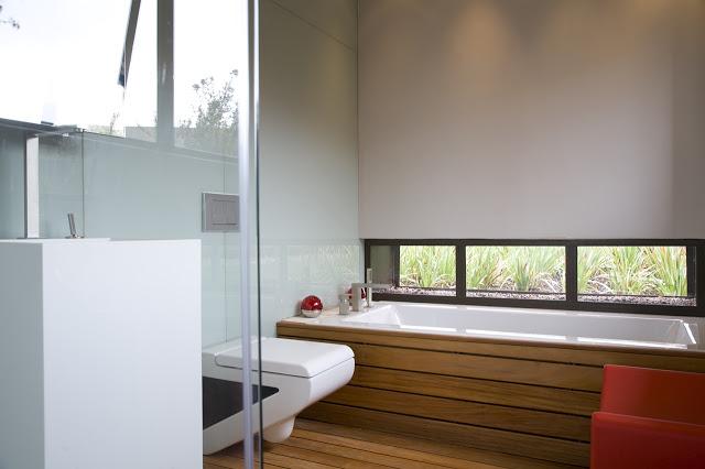 モダンなバスルームのデザイン南アフリカの大邸宅の間にあるモダンな宝石-セレンゲティ・ハウスbyニコ・ファン・デル・ミューレン・アーキテクツ