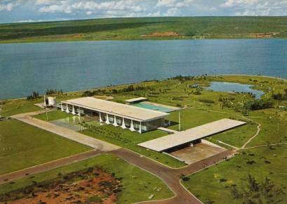オスカー・ニーマイヤー・ホームステティックスによるブラジルの真に象徴的なモダンな邸宅パラシオ・ダ・アルボラーダの空撮