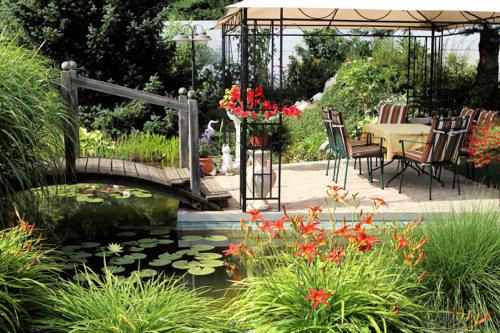 庭の池の周りに置かれた座席