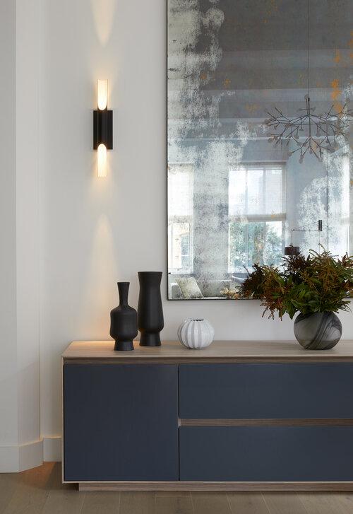 白い壁と青い家具