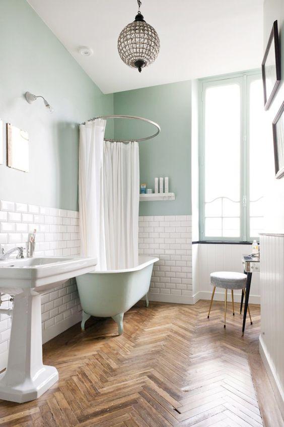 5.緑のミント、白、木製の床