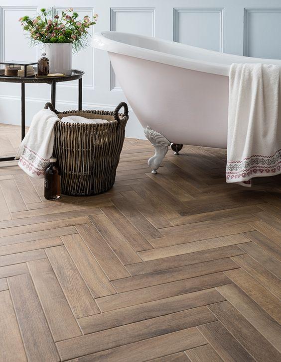 4.浴室用のヘリンボーン柄の木製の床