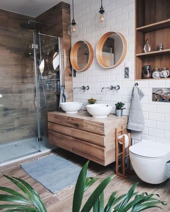 33.モダンなバスルームは木製の表面を誘います