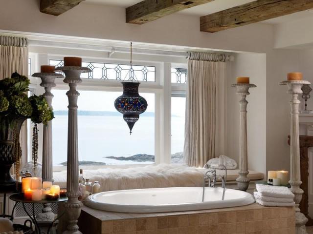 素晴らしい景色を望むバスルームのインテリアデザイン落ち着いた雰囲気の贅沢で豪華なウォーターフロントマンション