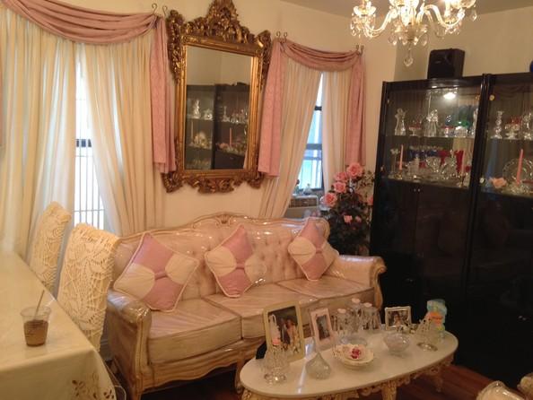 ピンクと白の小さなスペース家具