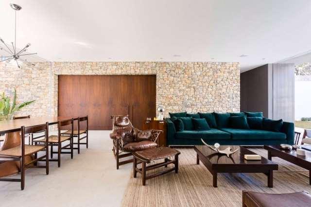 カサララの活気に満ちた現代的な家がサンポールの美学で形をとる(17)