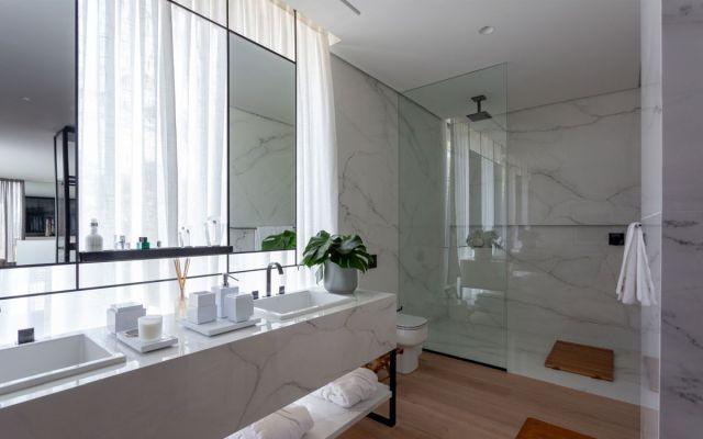 白い大理石はバスルームでも使用されており、デザインに本当にエレガントで洗練されたタッチを加えています