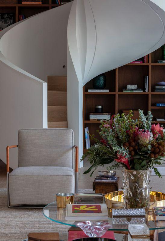 2つのフロアを接続する階段は、リビングルームの装飾の一部になります