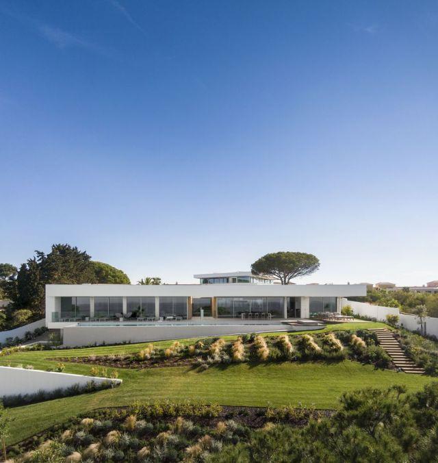この地域には、70年代の多くの孤立した家があり、周りには大きな庭があります。 このプロジェクトは同様の美学を維持しています