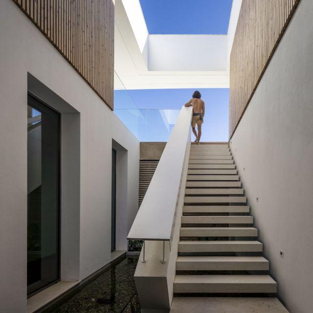 どちらの家も内部を歓迎することでパノラマの景色を利用します