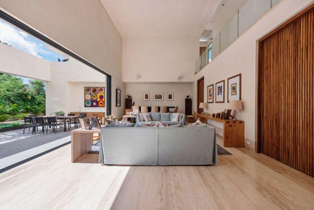 家の中央部分には高い天井があり、テラスと庭に面した大きな引き戸があります