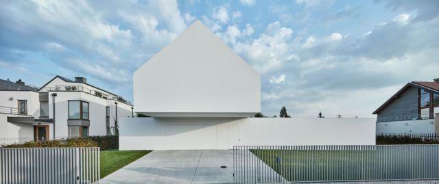 近隣の住宅と比較すると、この建物は地元の建築ガイドラインを尊重しているにもかかわらず、明らかに異なっています