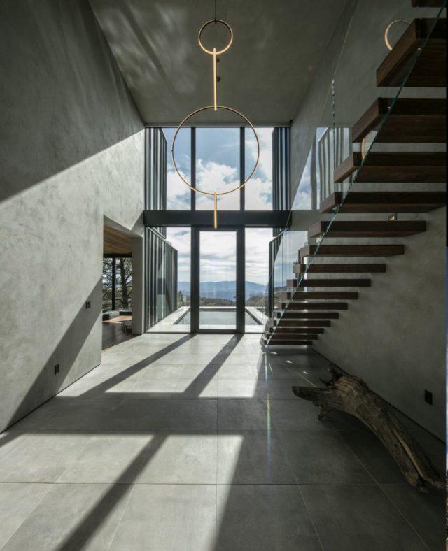 階段と入り口は、大きな窓があるダブルハイトボリュームの一部です