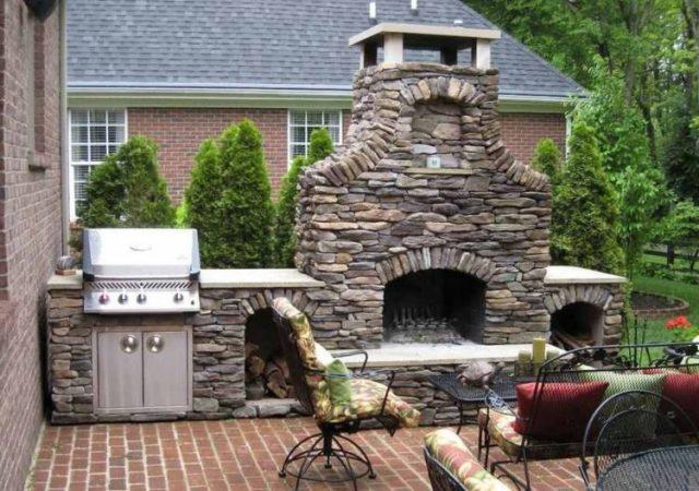 リビングルームで魅力的な積み上げ石造りの暖炉デザインの暖かさを手に入れましょう10