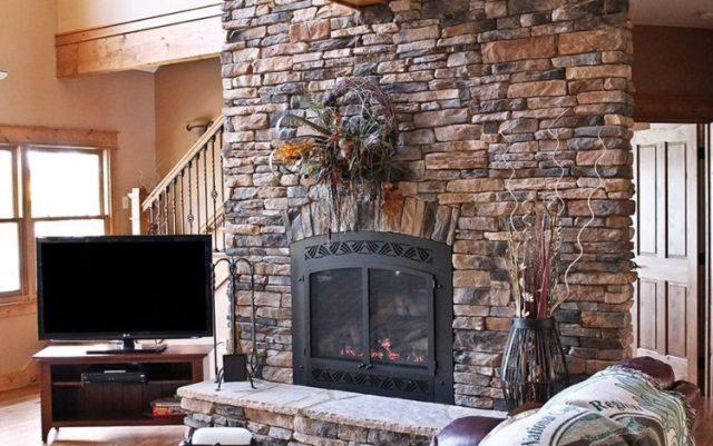 リビングルーム6で魅力的な積み重ねられた石造りの暖炉のデザインの暖かさを取得します。