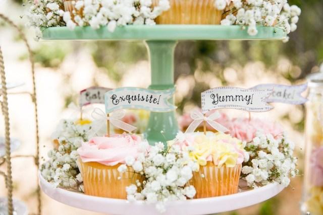 カラのパーティーのアイデアに関するビンテージティーパーティーのカップケーキ|  KarasPartyIdeas.com(49)