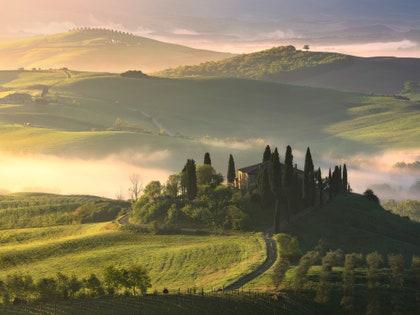 画像に含まれる可能性のあるもの:自然、屋外、風景、田舎、丘、モミ、木、トドマツ、植物、アート、絵画、風景