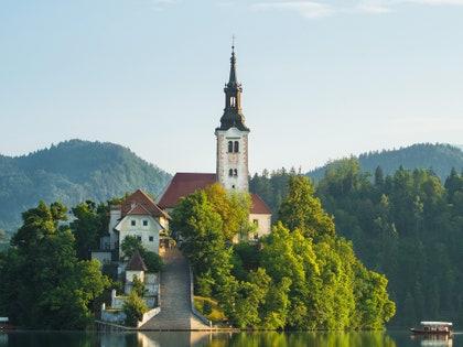画像に含まれるもの:建築、尖塔、尖塔、建物、塔、水、屋外、自然
