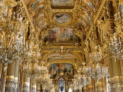画像に含まれるもの:建物、建築、後陣、教会、ランプ、シャンデリア、祭壇