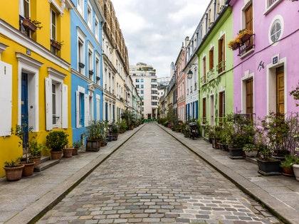 画像に含まれる可能性のあるもの:都市、町、都市、道路、建物、通り、小道、歩道、歩道、舗装、フラッグストーン、路地