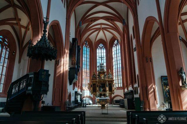 歴史的な高壇を望むシュタット教会の内部