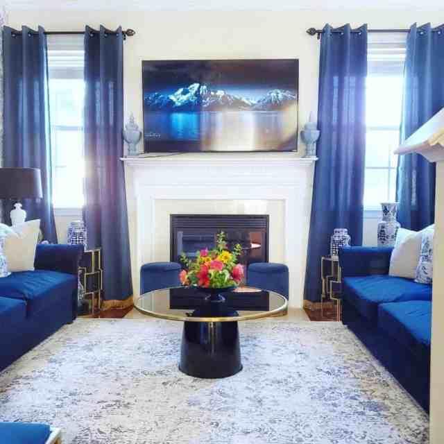 伝統的な青いリビングルームのアイデアgeorginashomedecor