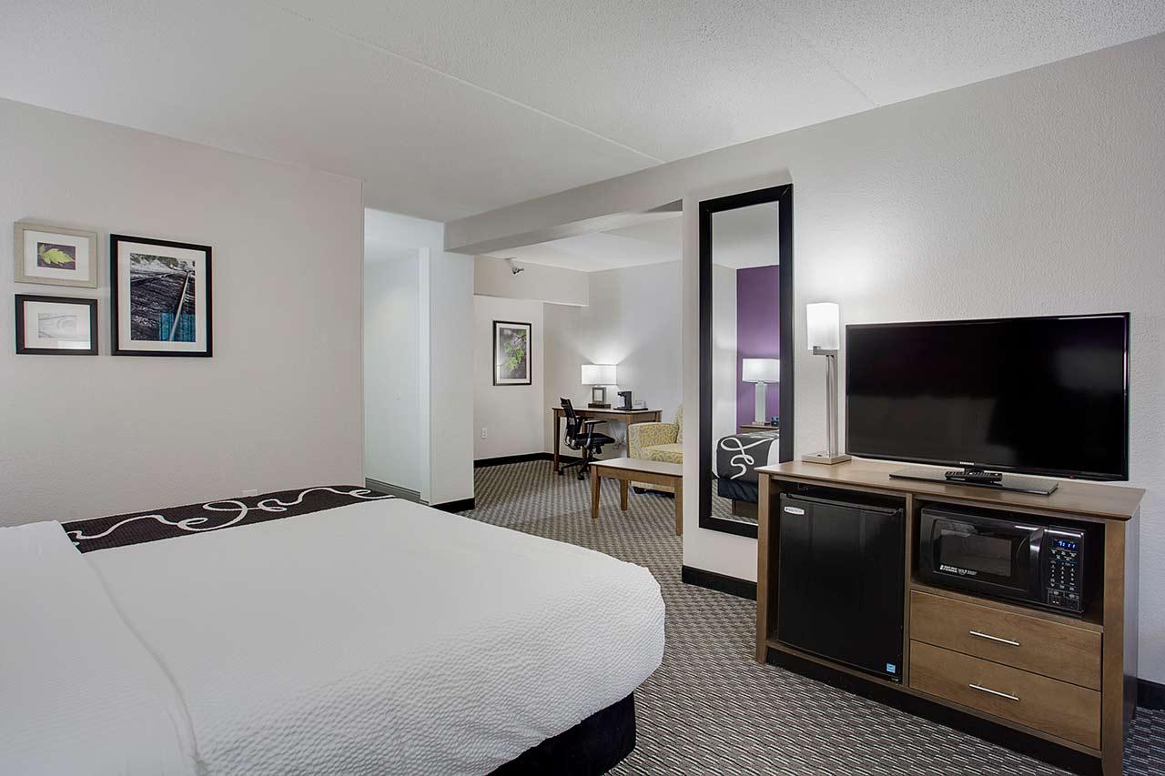 LaQuinta king suite