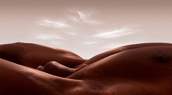 Ілюстратор створює незвичайні пейзажі з голих людських тіл ...