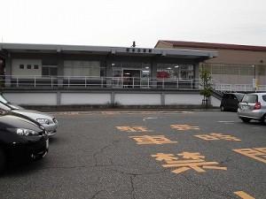 越前花堂駅を知っていますか。 駅舎外観駐車場から見たところ/どこまでもアマチュア