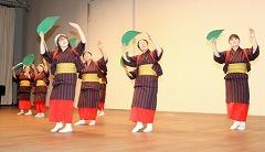 本番に向け練習に励む大野舞踊研究会の会員=16日夜、大野市の学びの里めいりん/どこまでもアマチュア