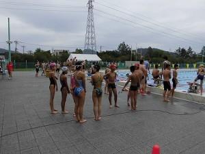 水泳大会の応援に行って来ました。 ウォーミングアップを始めた選手達/どこまでもアマチュア