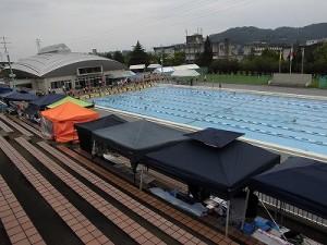 水泳大会の応援に行って来ました。 びっしりテントで埋まった観覧エリア最前列/どこまでもアマチュア
