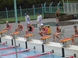 水泳大会の応援に行って来ました。 スタート前の緊張した様子の選手達/どこまでもアマチュア