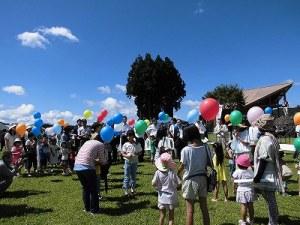 六呂師高原アルプス音楽祭2014 バルーンリリースの掛け声を聞いている参加者たち/どこまでもアマチュア