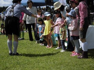 六呂師高原アルプス音楽祭2014 お客さんにクーグロッケンの演奏方法をオリエンテーションしている竹田年志氏/どこまでもアマチュア