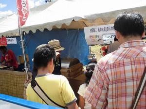 六呂師高原アルプス音楽祭2014 おまんじゅうに人気が集中している大野市菓子組合のブース/どこまでもアマチュア