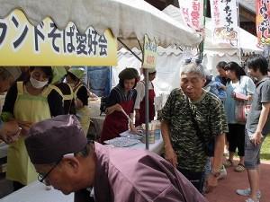 六呂師高原アルプス音楽祭2014 スターランドそば愛好会が運営しているお蕎麦屋さんの店先/どこまでもアマチュア