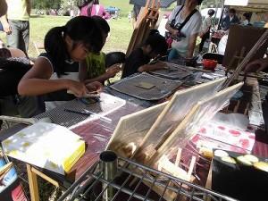 六呂師高原アルプス音楽祭2014 チョークアートもりのこりすで体験中の女の子/どこまでもアマチュア